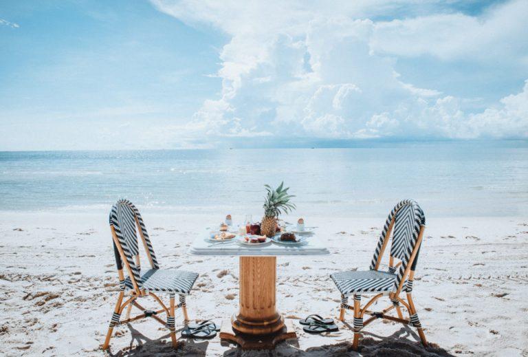 Thưởng thức bữa ăn trên bãi biển